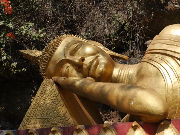 Goldener liegender Buddha.