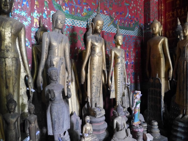 mehrere Buddhastatuen.