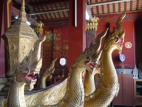 Goldene Schlangen an der Sänfte.