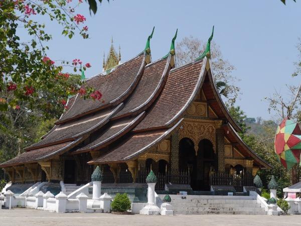 Tempel mit geschwungenen Dächern.