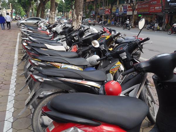 Geparkte Roller auf der Straße.