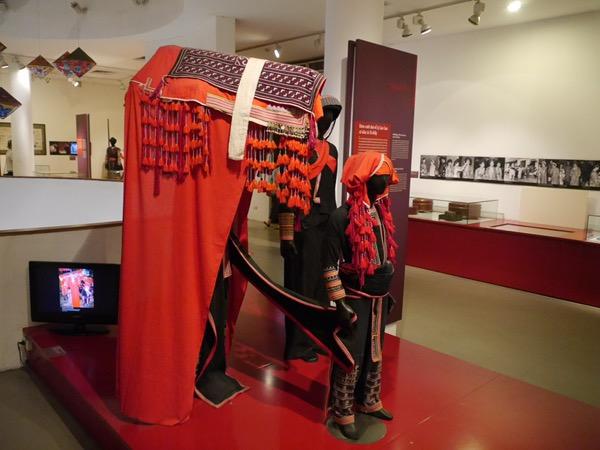 Rotes traditionelles Hochzeitskleid mit Schleier.