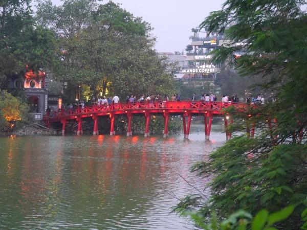 Rote Brücke über den See.