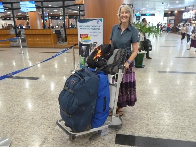 Gina mit Gepäckwagen.