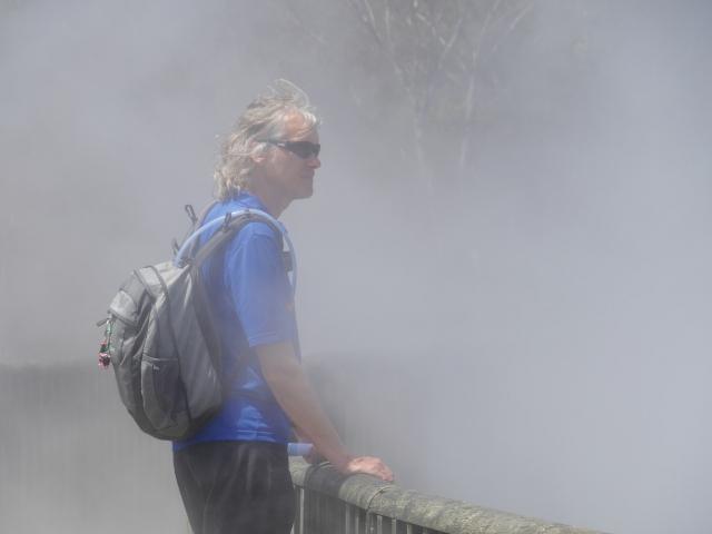 Marcus steht im Nebel.