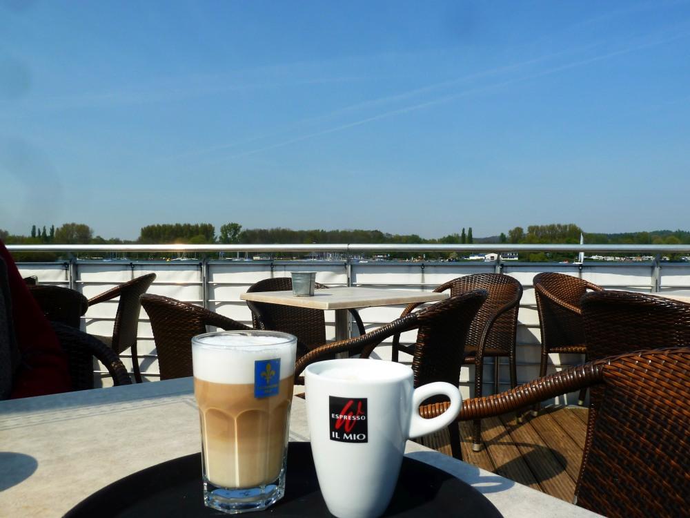 Kaffeetasse auf der Terrasse des Cafés am See.