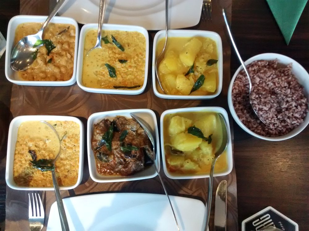 Schälchen mit veschiedenen Gerichten stehen auf dem Tisch.