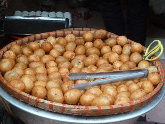 In Fett ausgebackene Teigkugeln in Hanoi.