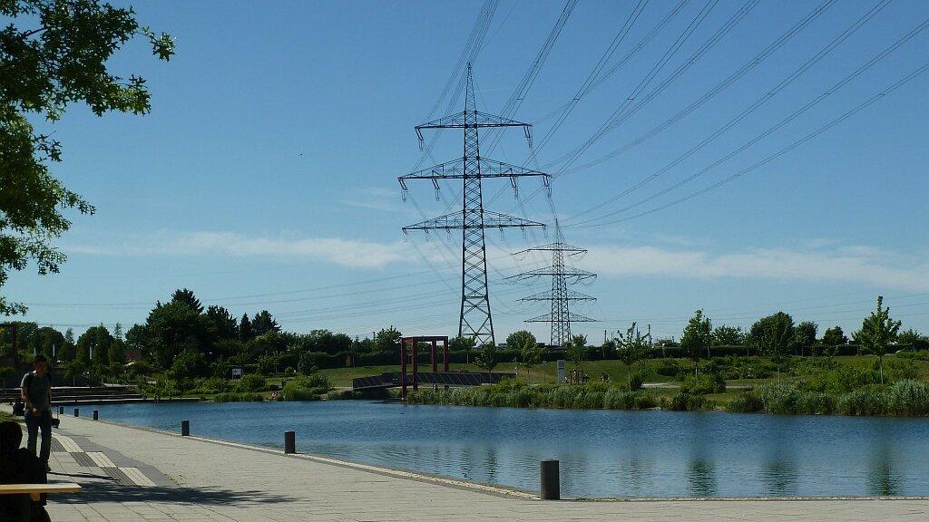 Wasserfläche und Strommast in Essen.