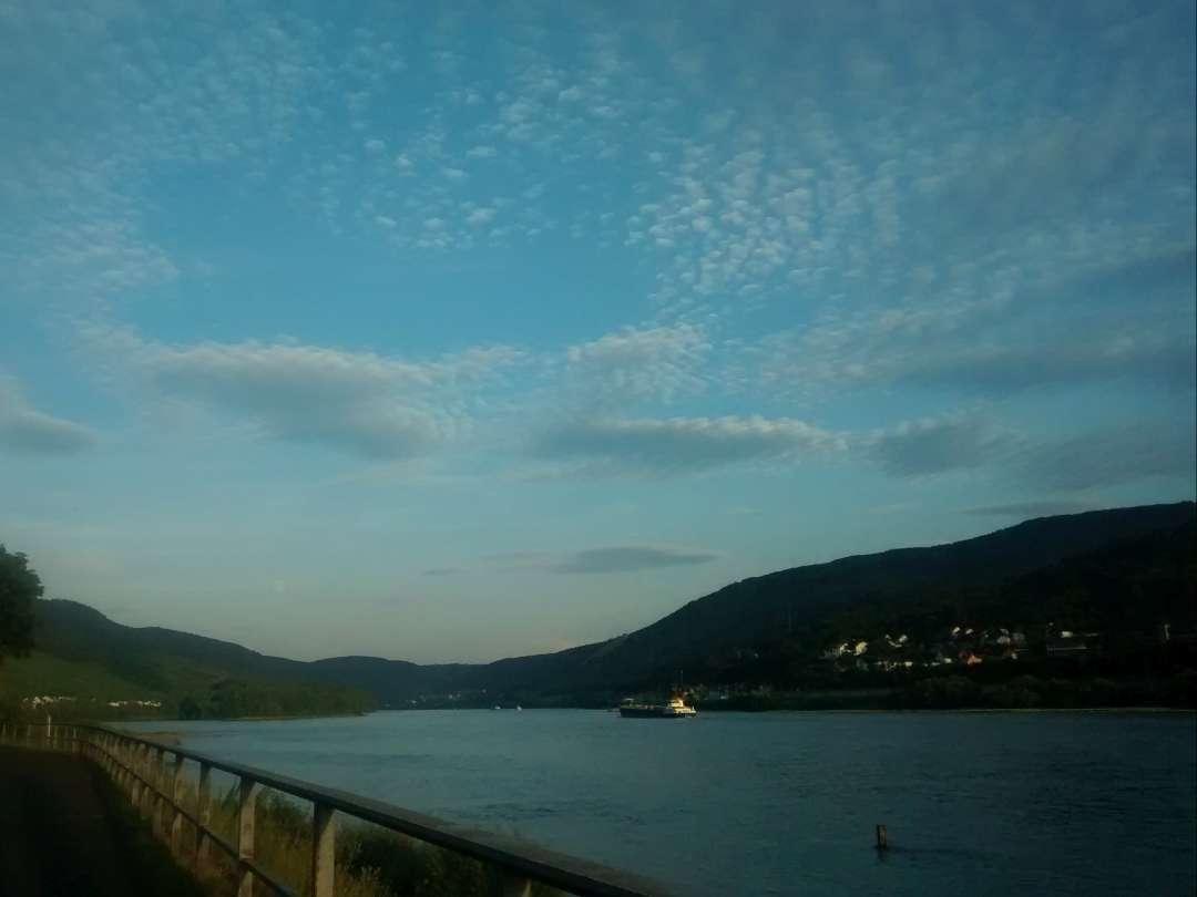Rheinsteig wandern Abend am Rhein