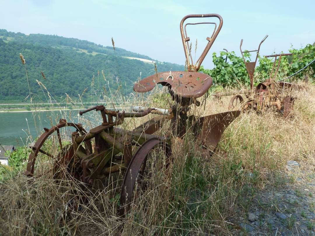 Rheinsteig Kaub rostiges Fahrzeug