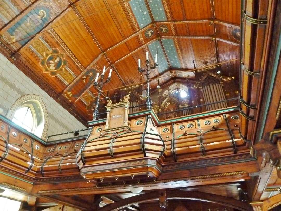 Holzverkleidete Decke in der Kirche in Uhlbach.