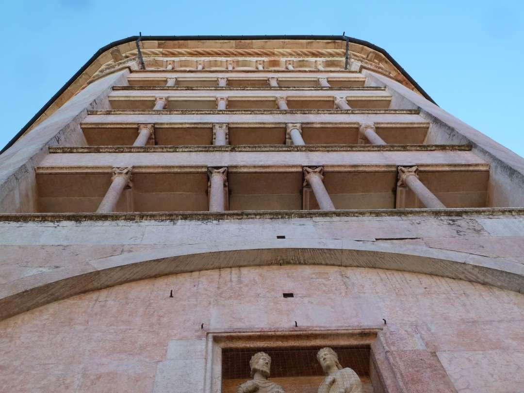 Außenwand des Baptisteriums