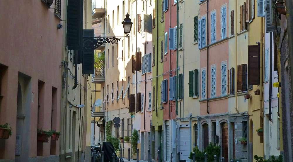 Gasse mit bunten Häusern in Parma.