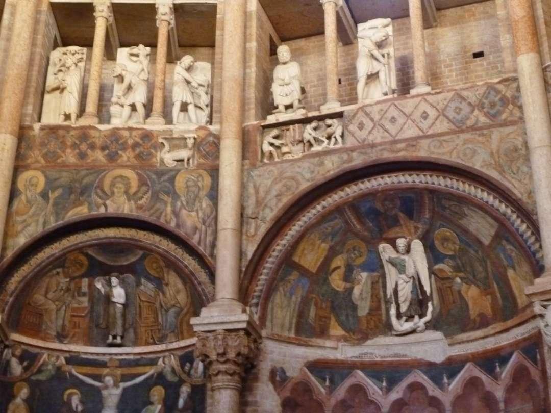 Innenwand mit Skulpturen und Fresken