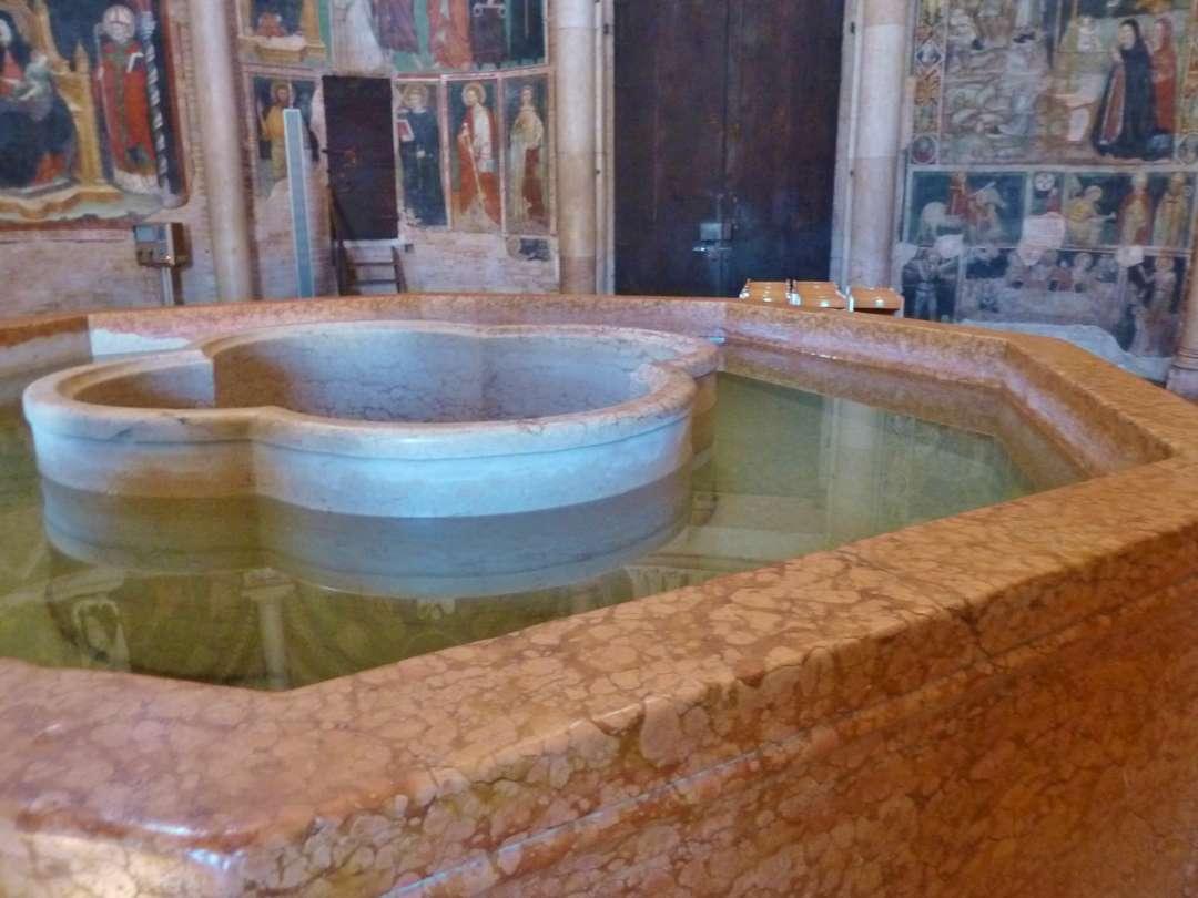 Taufbecken und Fresken
