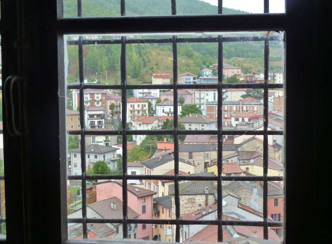 Blick aus einem Fenster auf das Dorf Bardi