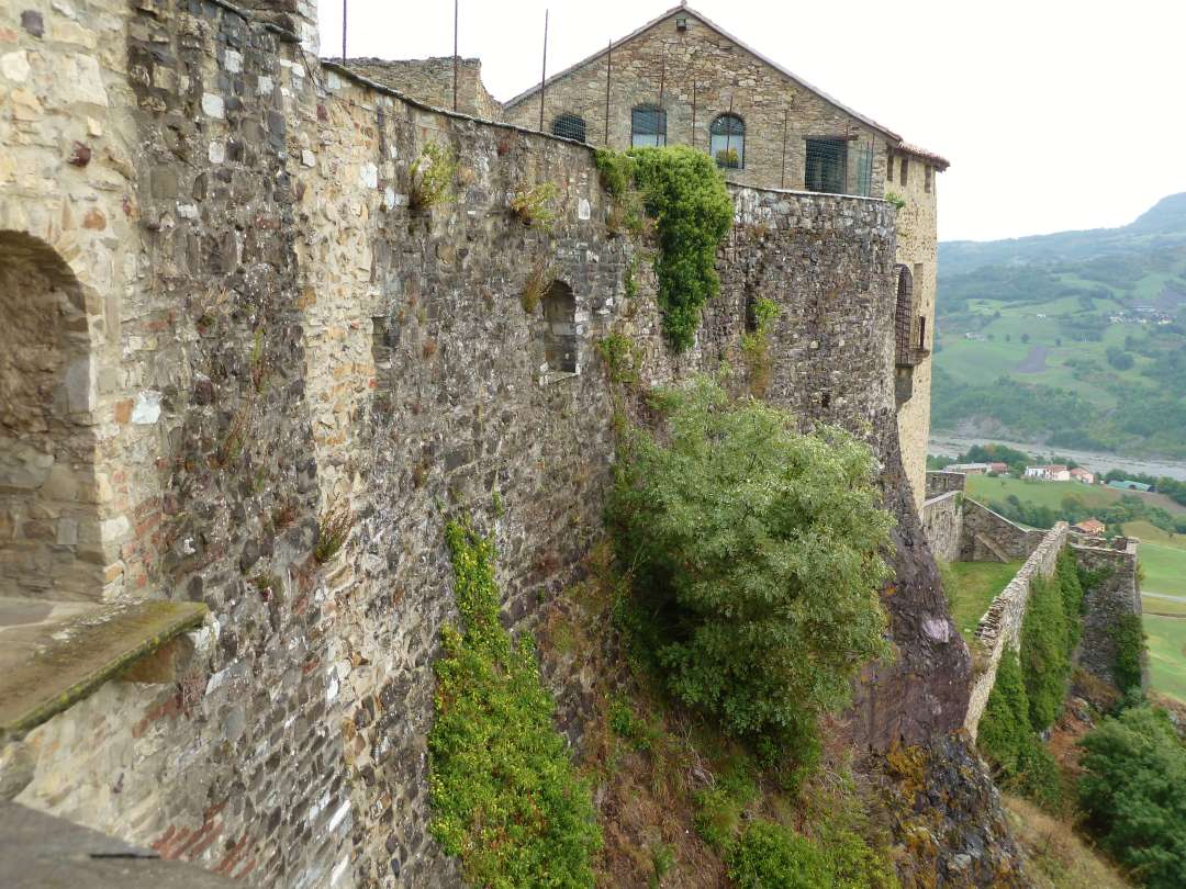 Schloss Bardi auf hohem Fels