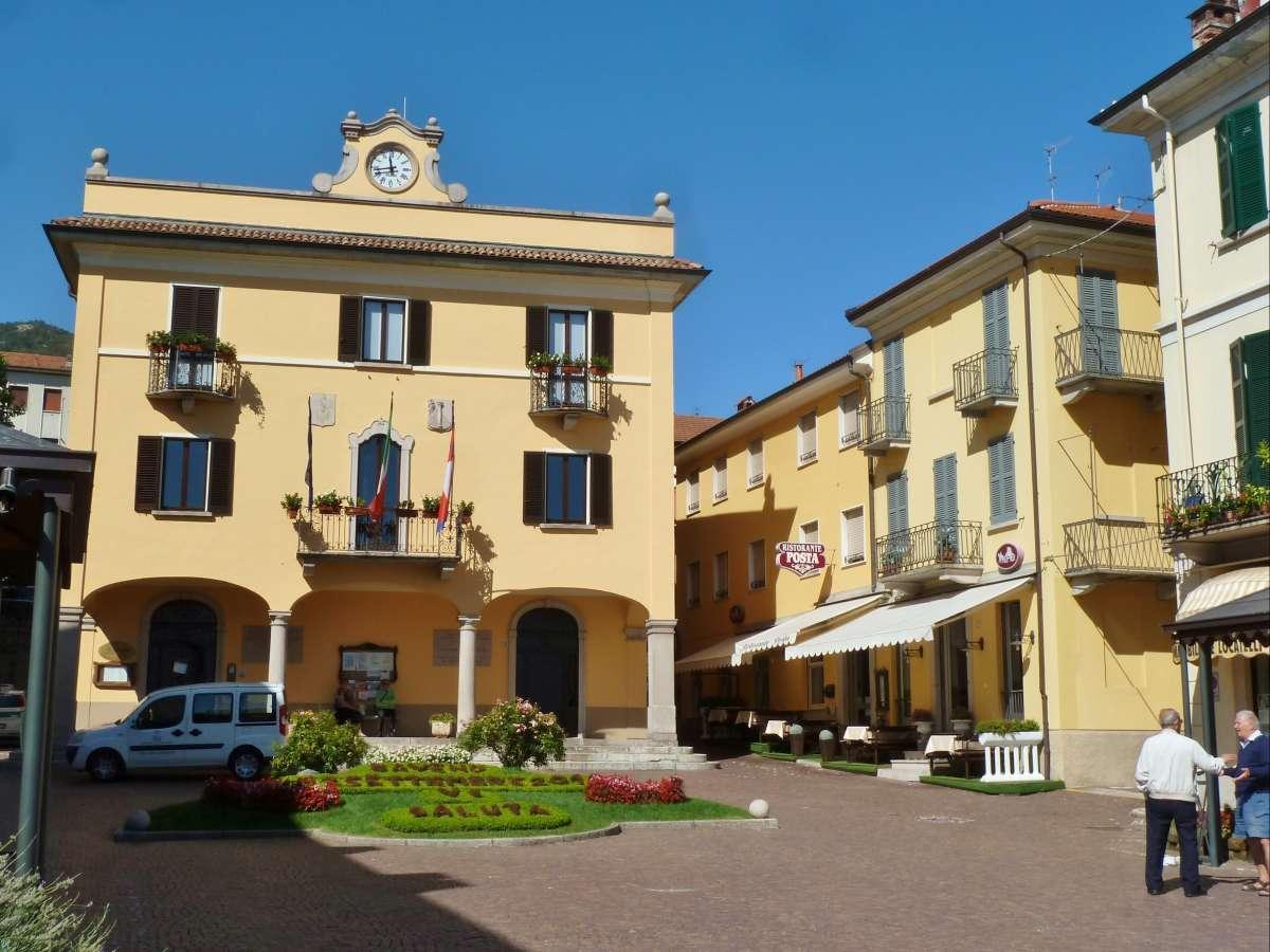 Gelbes Rathaus von Baveno.