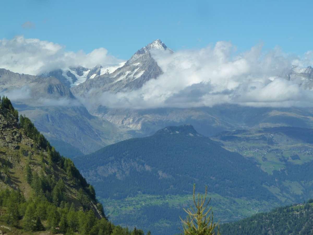 Berggipfel und Wolken