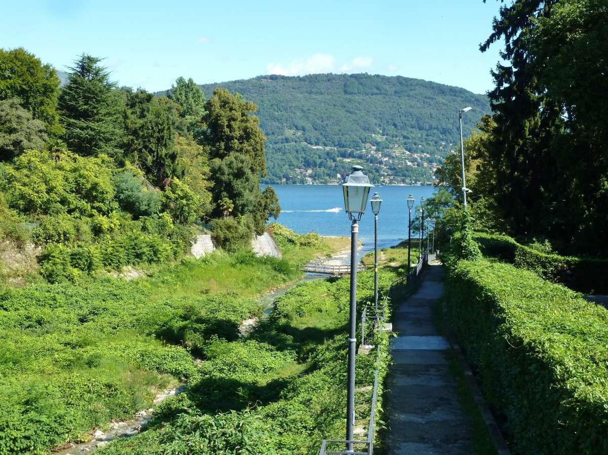 kleine Straße mit Laternen, die zum See führt.