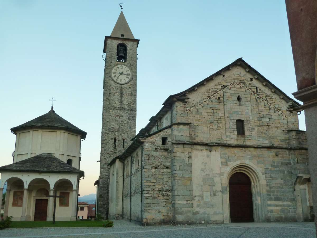 Die Kirche und das Baptisterium in Baveno am Lago Maggiore