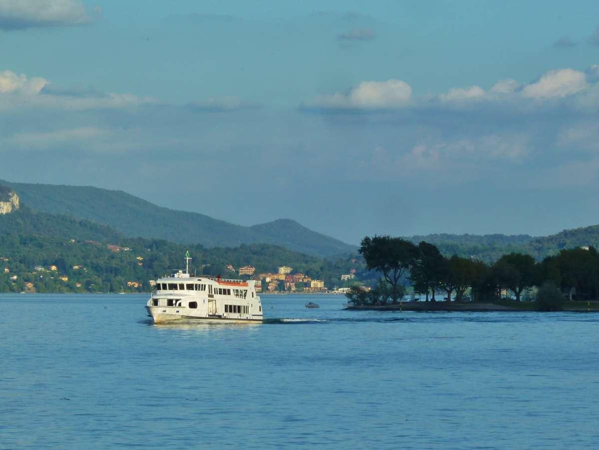 weißes Schiff fährt über den See.