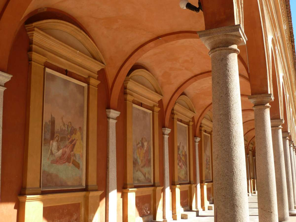 Fresken im Laubengang.