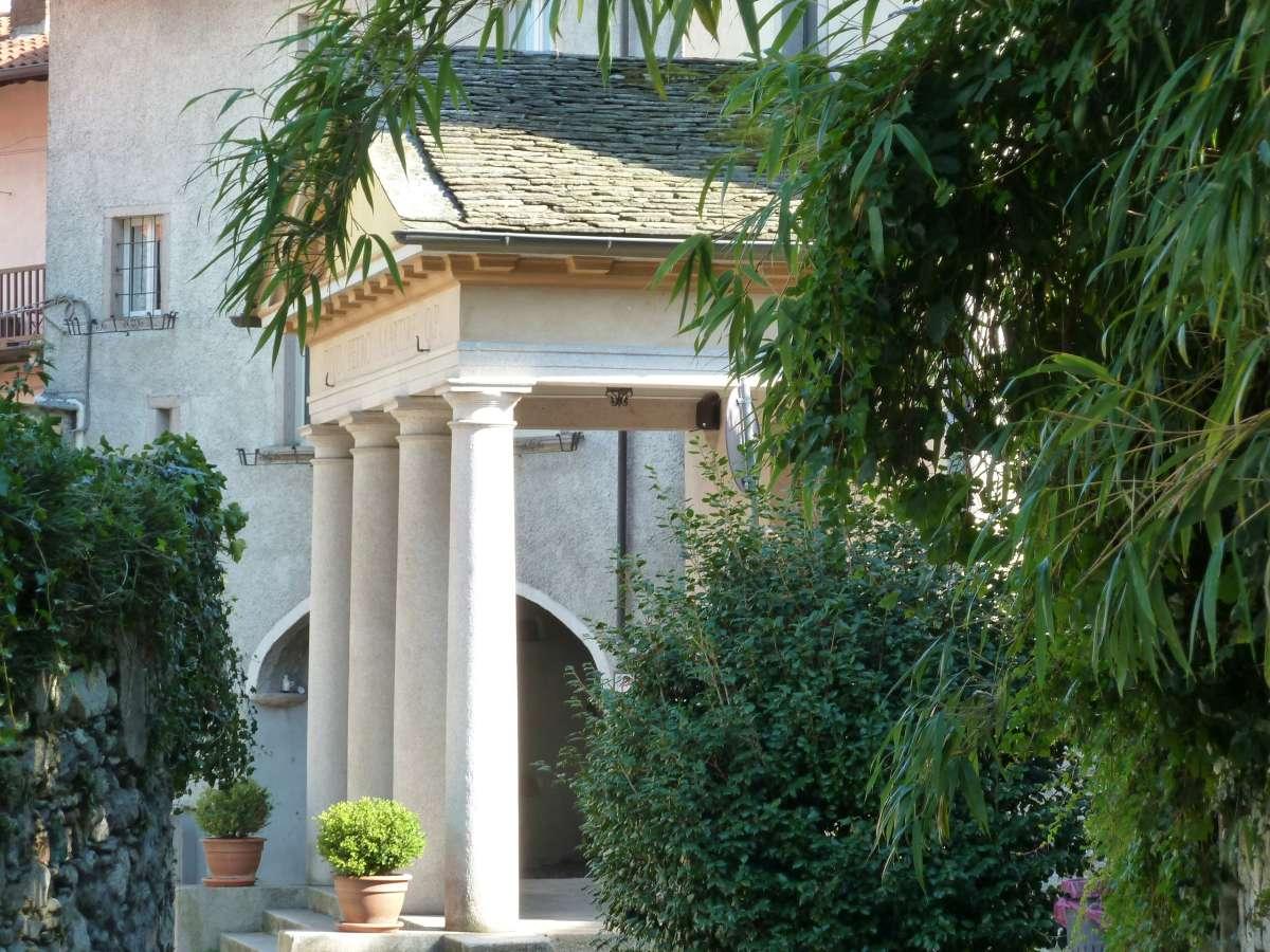 Kirchenportal mit vier Säulen.