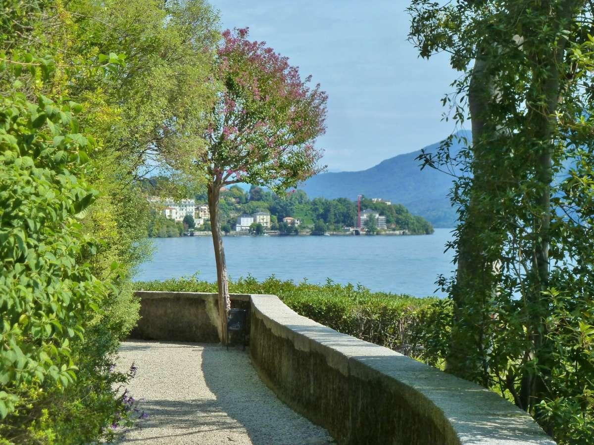 Spazierweg am See.
