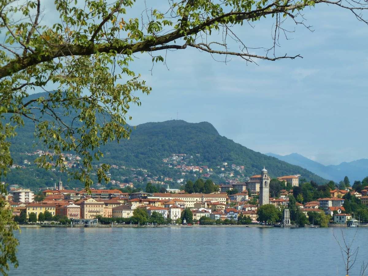 kleiner Ort am gegenüberliegenden Ufer des Lago Maggiore