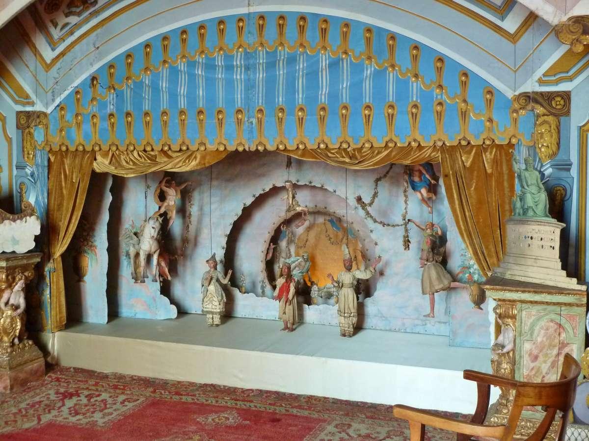 Marionettenbühne mit historischen Marionetten.