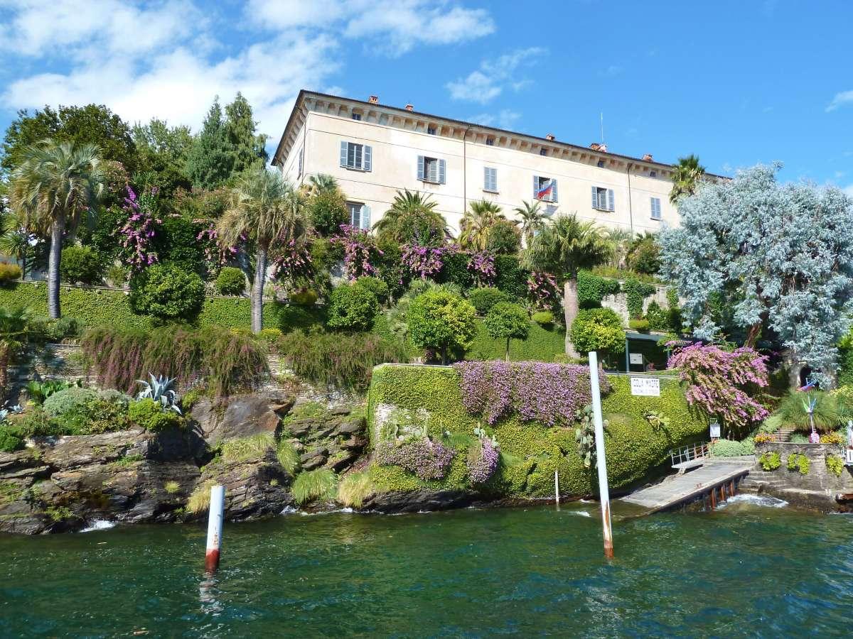 Palazzo über dem Hang mit Palmen.
