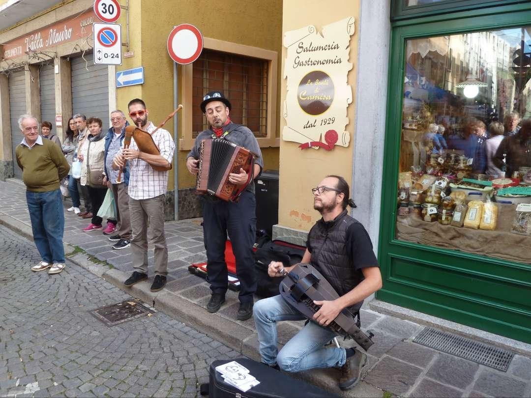 drei Straßenmusiker.