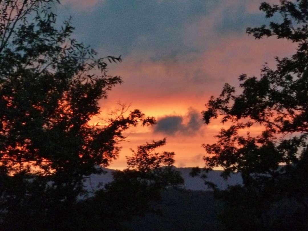 Sonnenuntergang über den Bergen.