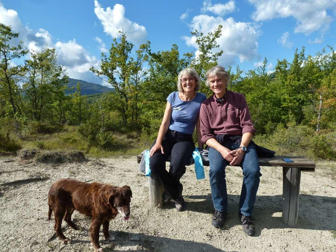 Paar auf Bank mit Hund.