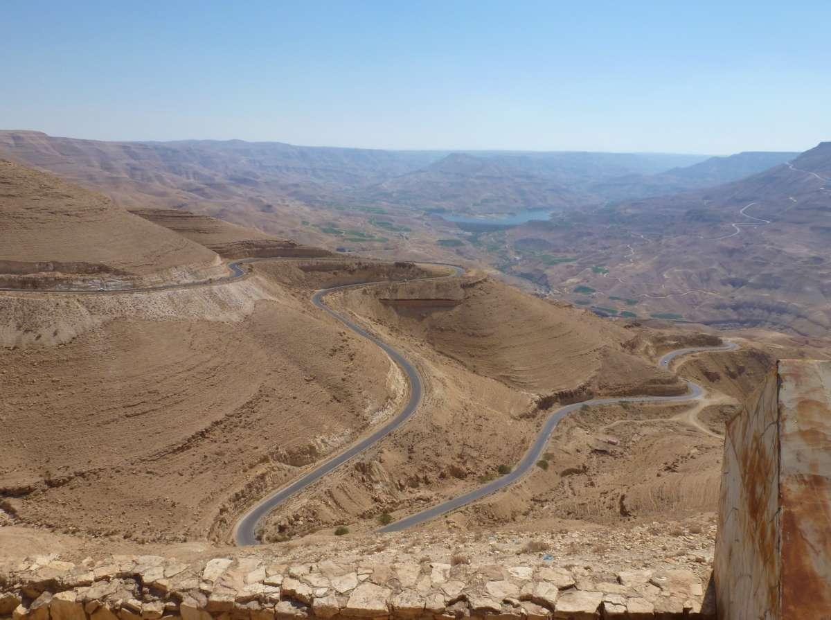 Serpinenstraße durch Wüstengebiet