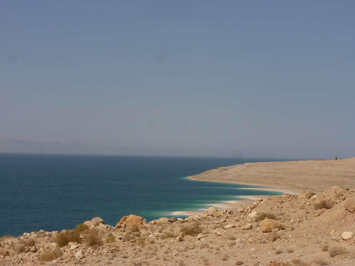 Blaues Meer und beige Steinküste