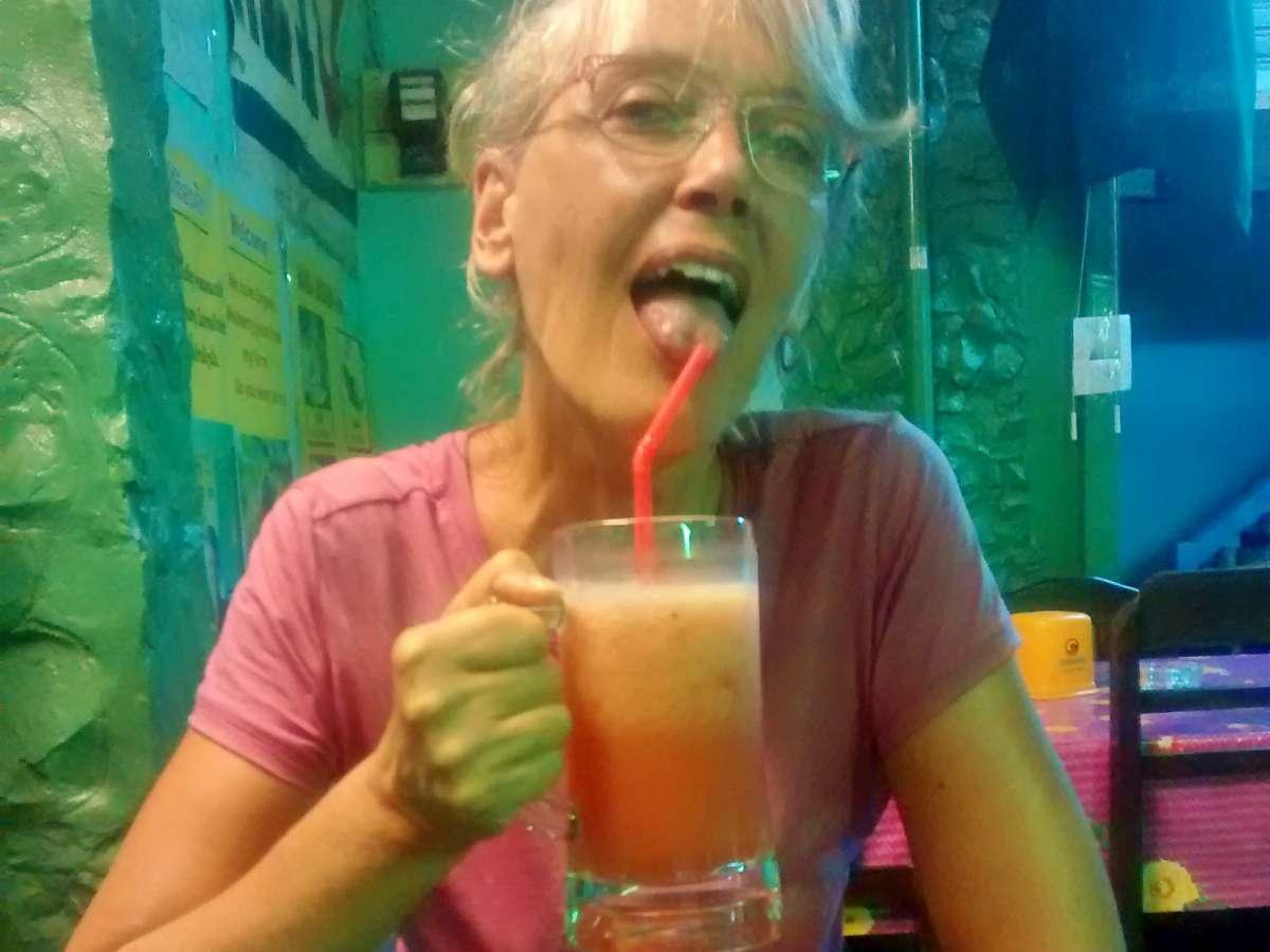Gina leckt am Strohhalm eines Smoothies