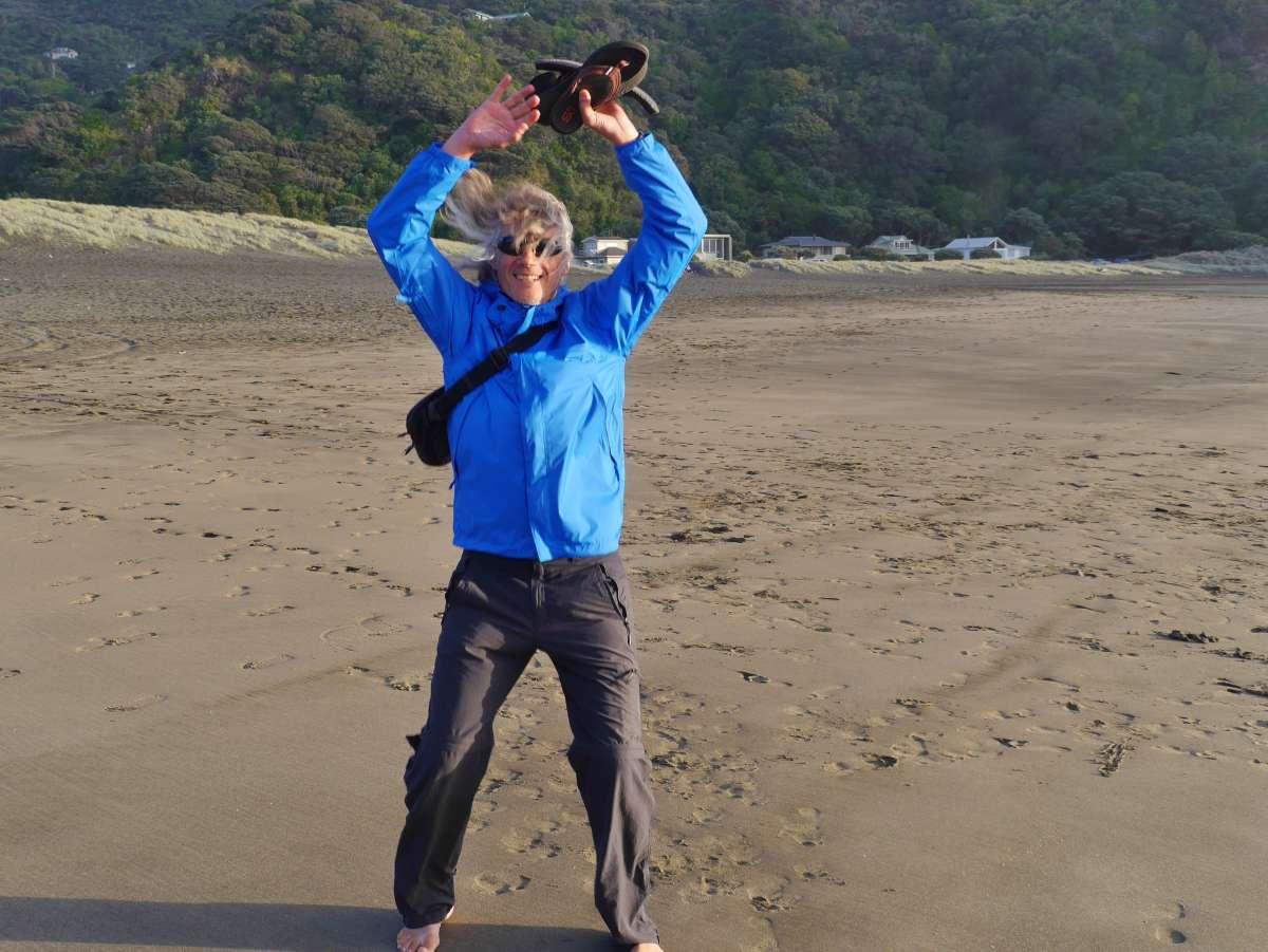 Mann springt Hampelmann am Strand