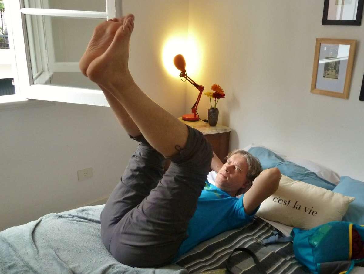 Marcus liegt auf dem Bett und streckt die Füße hoch
