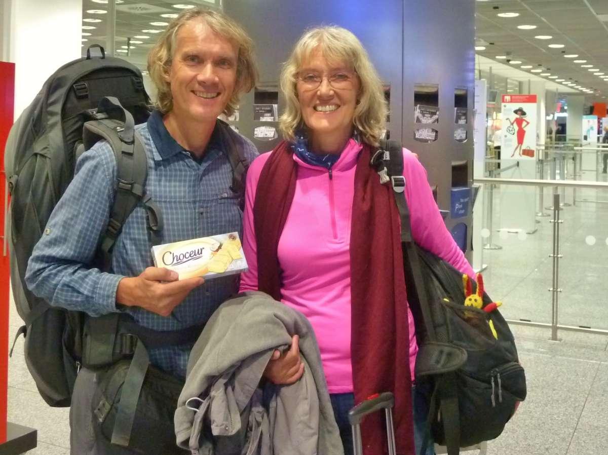 Gina und Marcus mit Gepäck am Flughafen