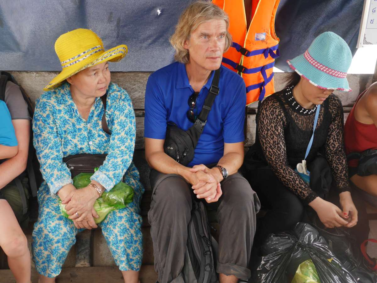 Marcus sitzt zwischen zwei Kambodschanerinnen