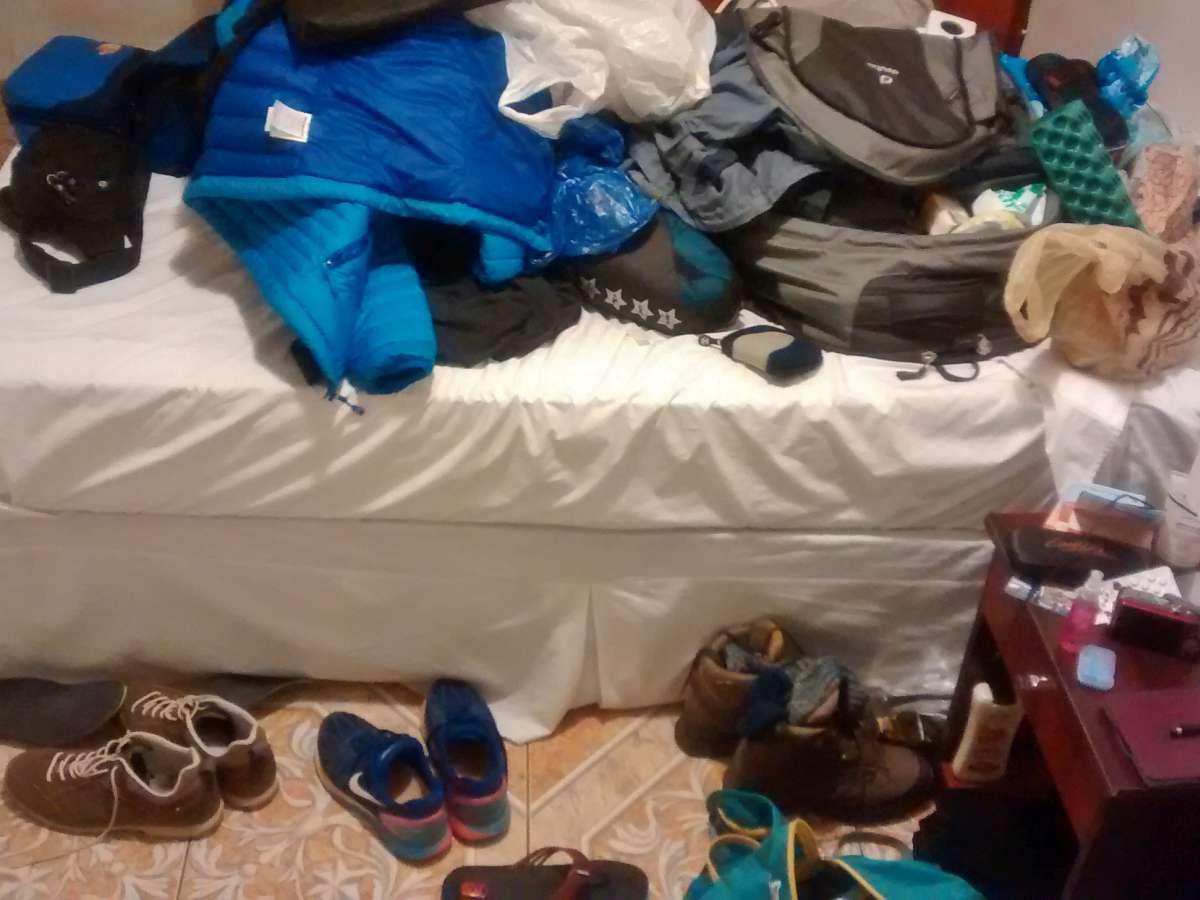 Durcheinander von Kleidung auf Bett