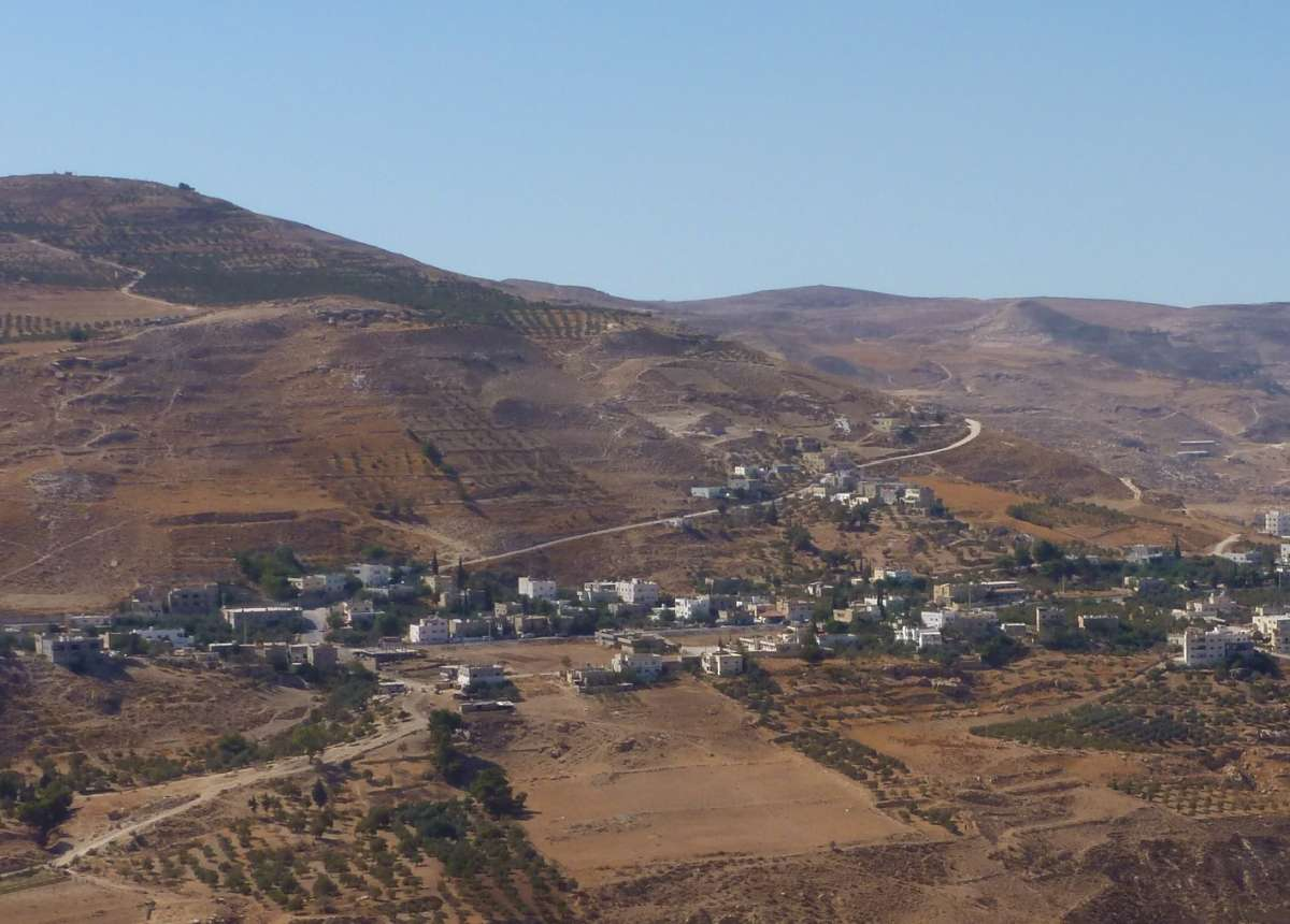 Blick über kahle Hügel und Häuser im Tal