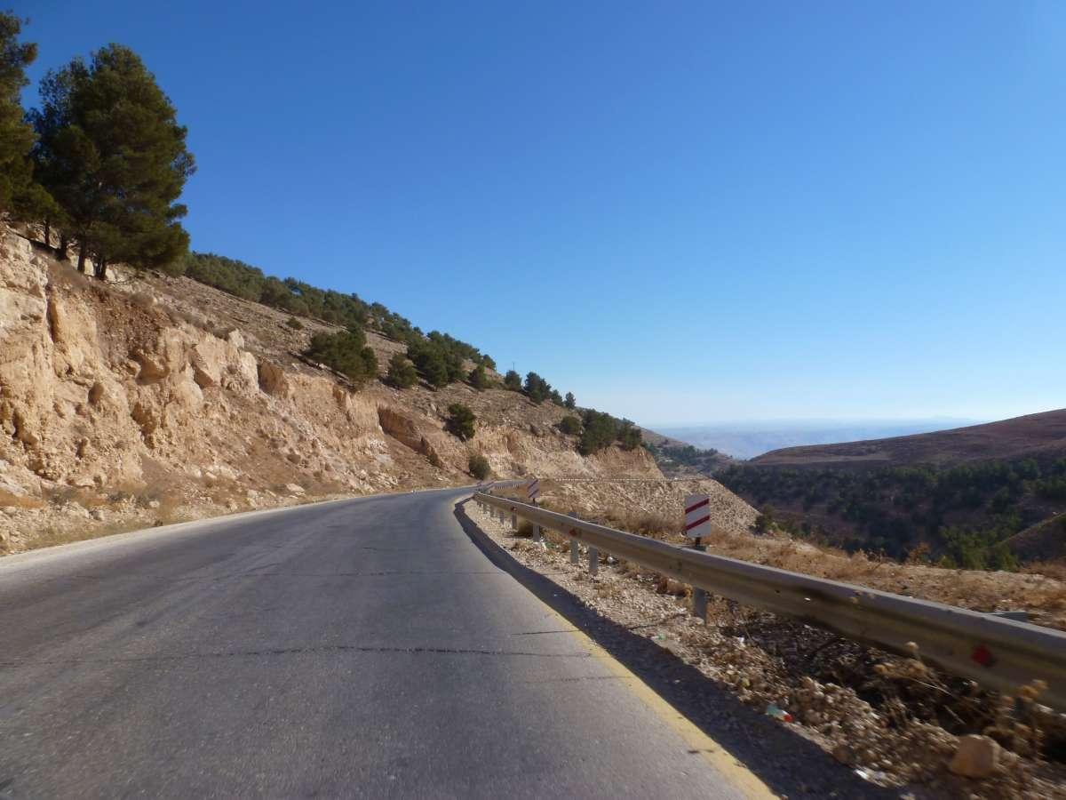 Straße mit hügeliger Landschaft