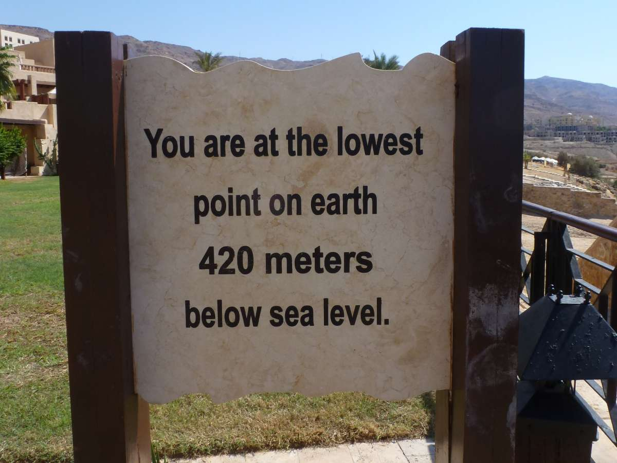Schild mit dem Hinweis auf den tiefsten Punkt der Erde