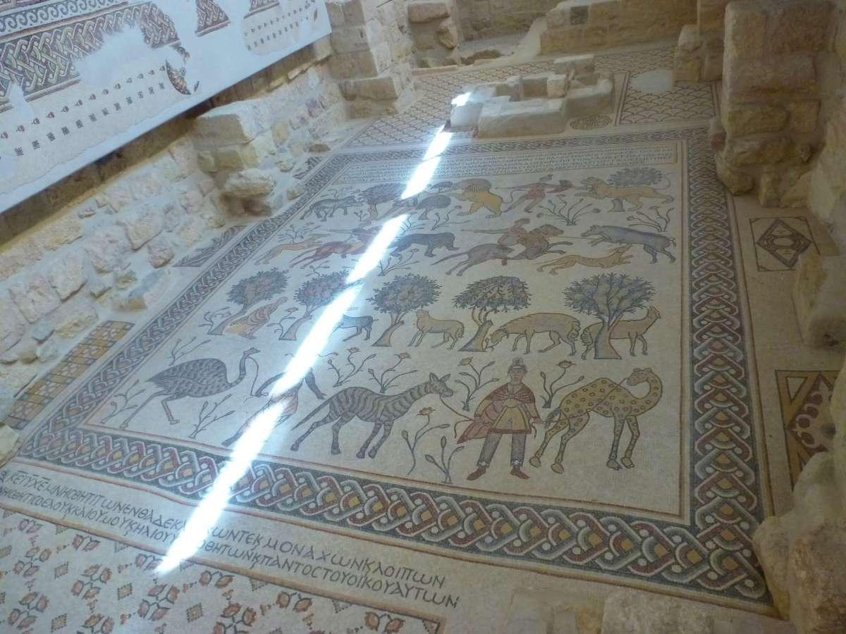 Mosaikboden und Taufbecken