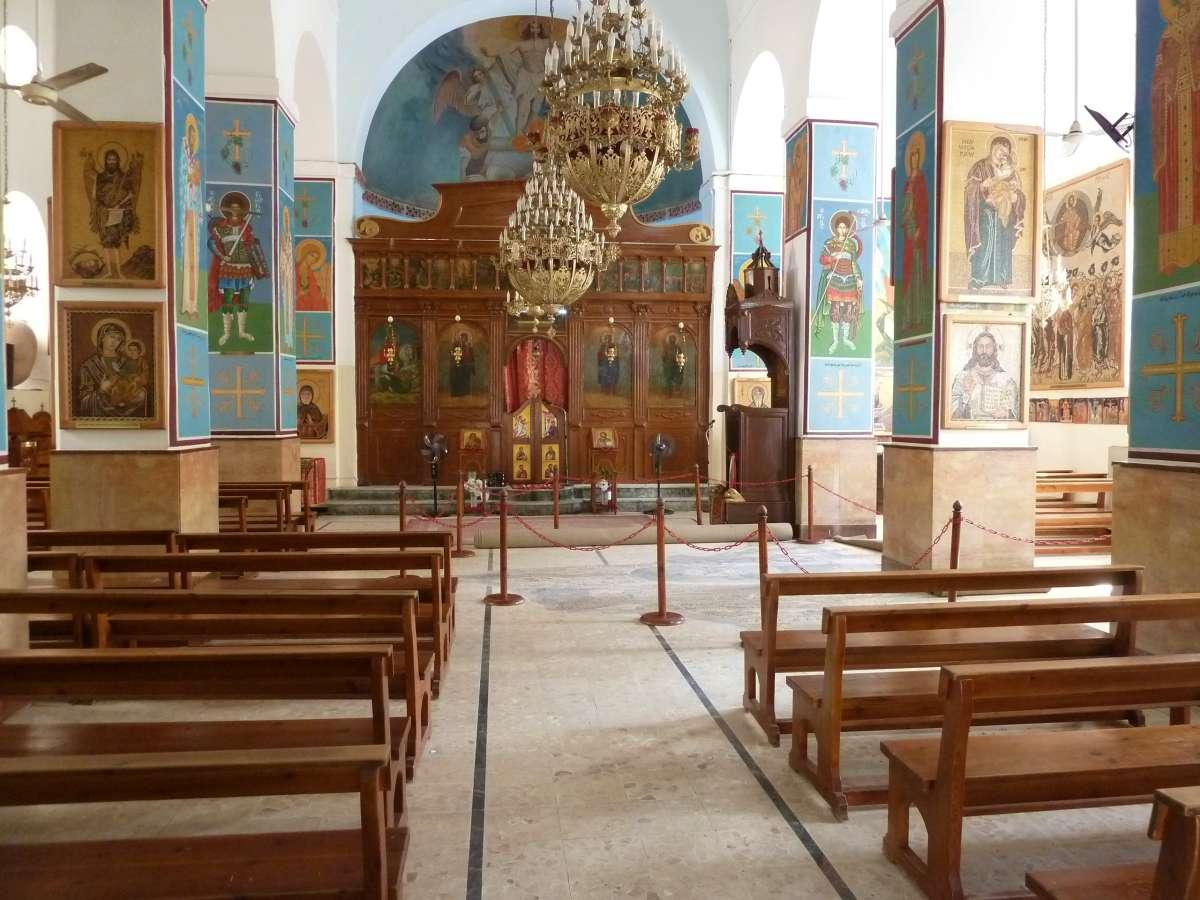 bunter Innenraum der Kirche