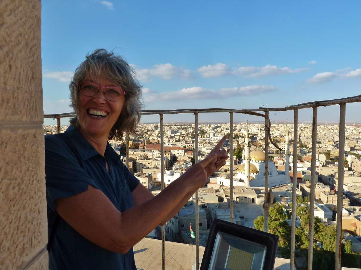 Aussichtsbalkon mit Blick über die Stadt